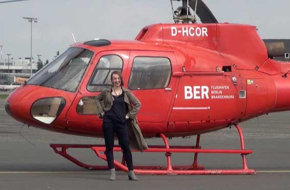 Autorin Sofie vor rotem Helikopter auf dem BER