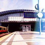 S-Bahn fährt in Berliner Hauptbahnhof